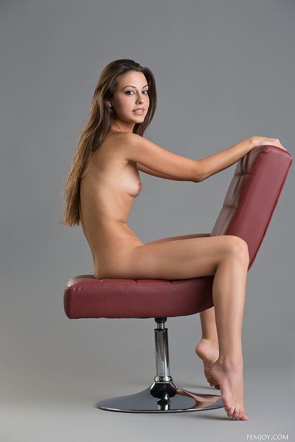Голая шлюшка в кресле