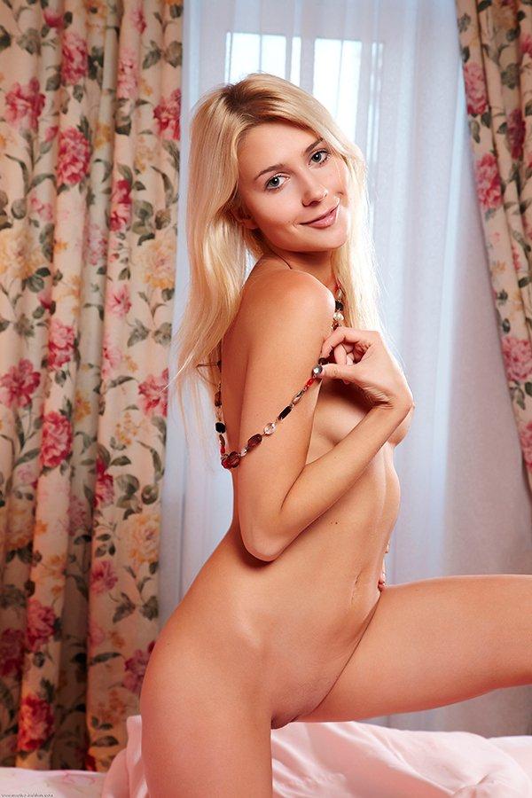 Блондинка сфотографировала развратную киску