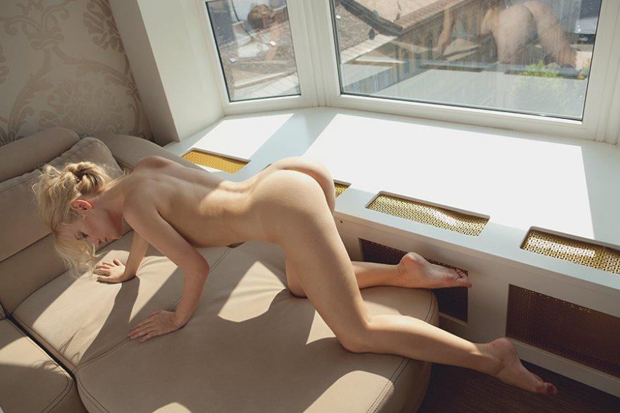 Светловолосая девушка у окна
