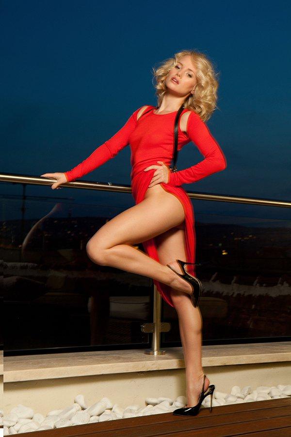 Классная блондиночка в красном платье