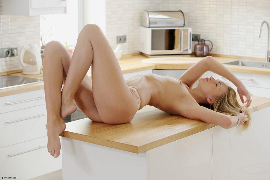 Блондинка на кухне
