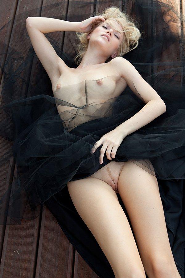 Эротика блондиночки в длинной чёрной юбке