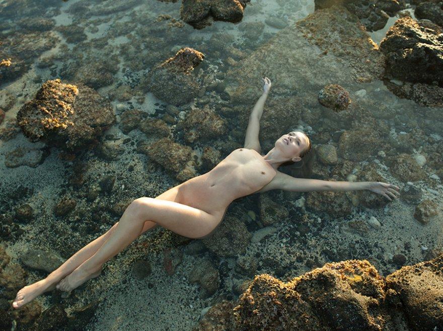 Красивая эротика блондинки на море