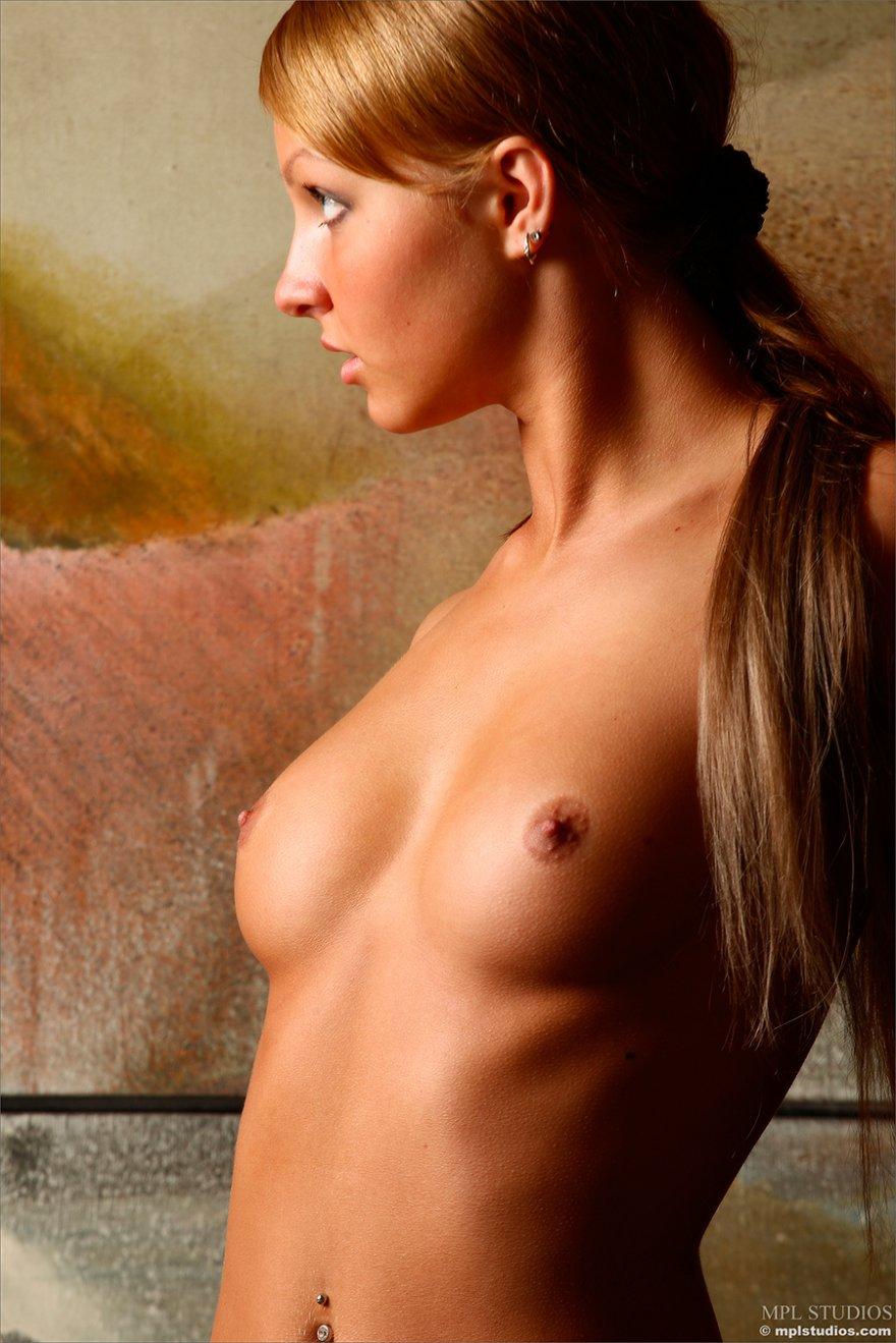 Эротические фото блондинки с крохотными сиськами