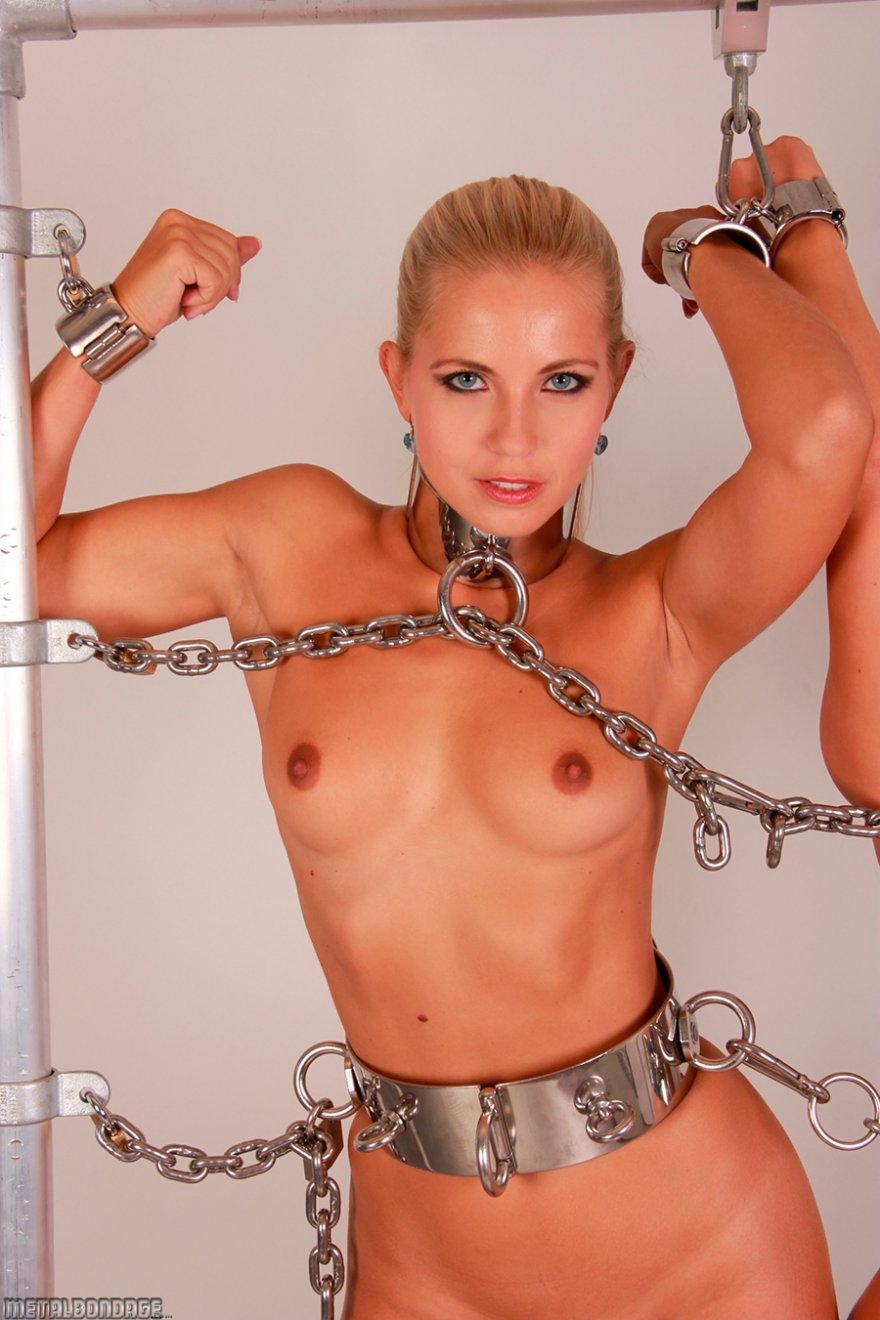 2е девки прикованные цепями