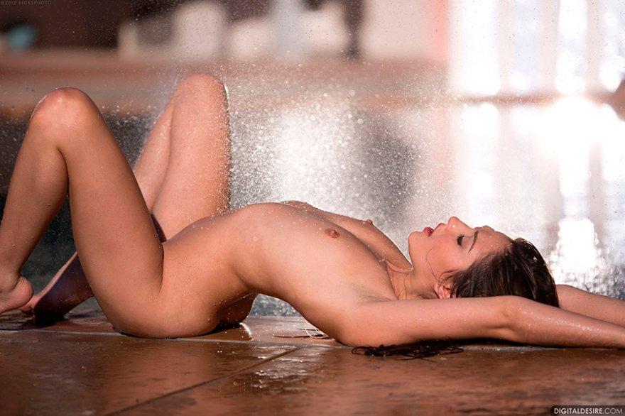 Изображениях сырой брюнетки на фоне бассейна