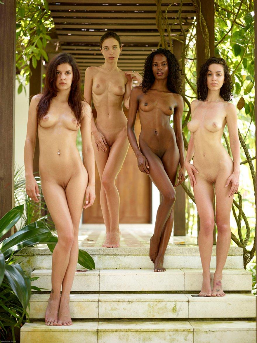 Четыре обнаженные девушки - красивая эротика