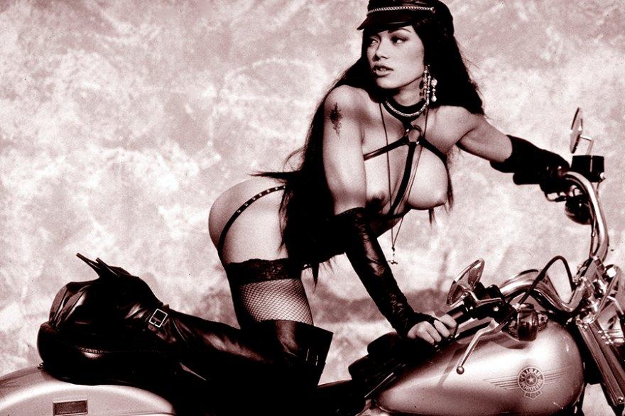 Красивая русая порноактрисса на мотоцикле смотреть эротику
