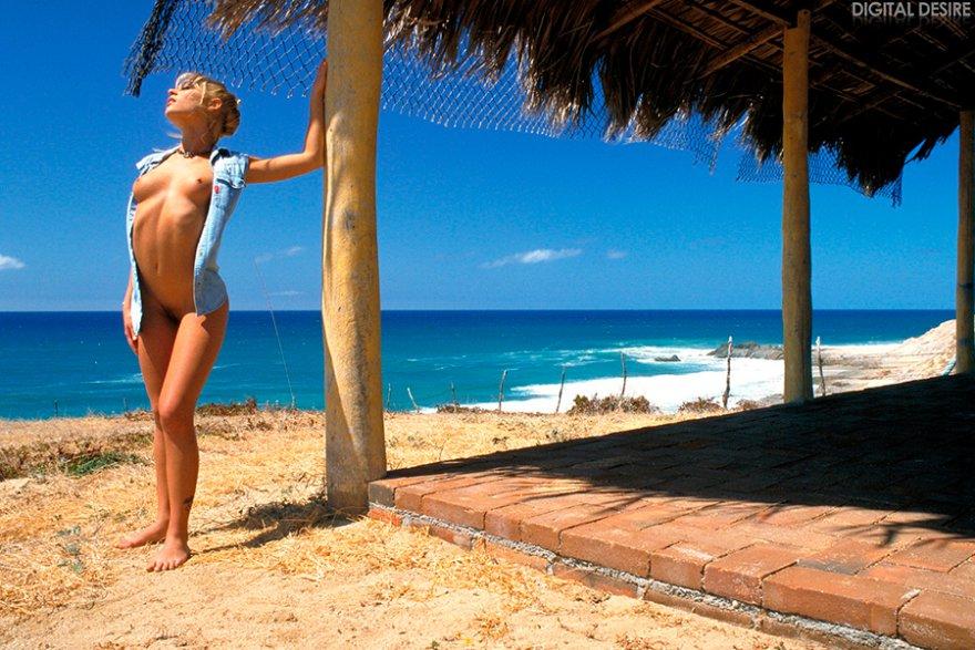 Эротические картинки нежной раздетой блондинки в море