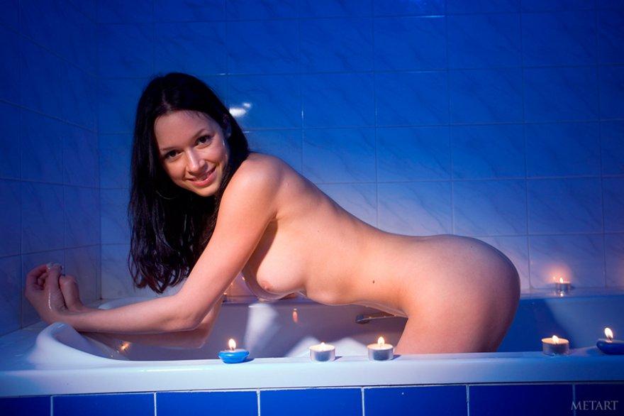 Красивая эротика - голая девушка принимает ванну