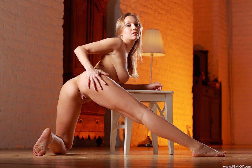 Красивая блондинка с аппетитными формами