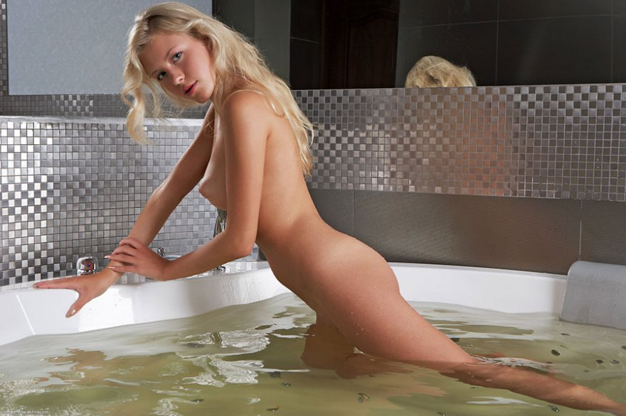 Классная блондиночка в джакузи смотреть эротику
