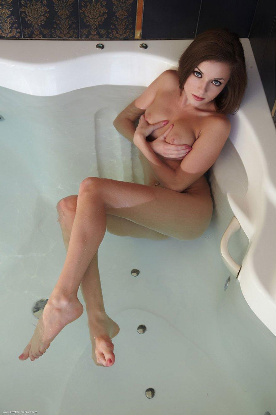 Секс с красивой грудью в ванной