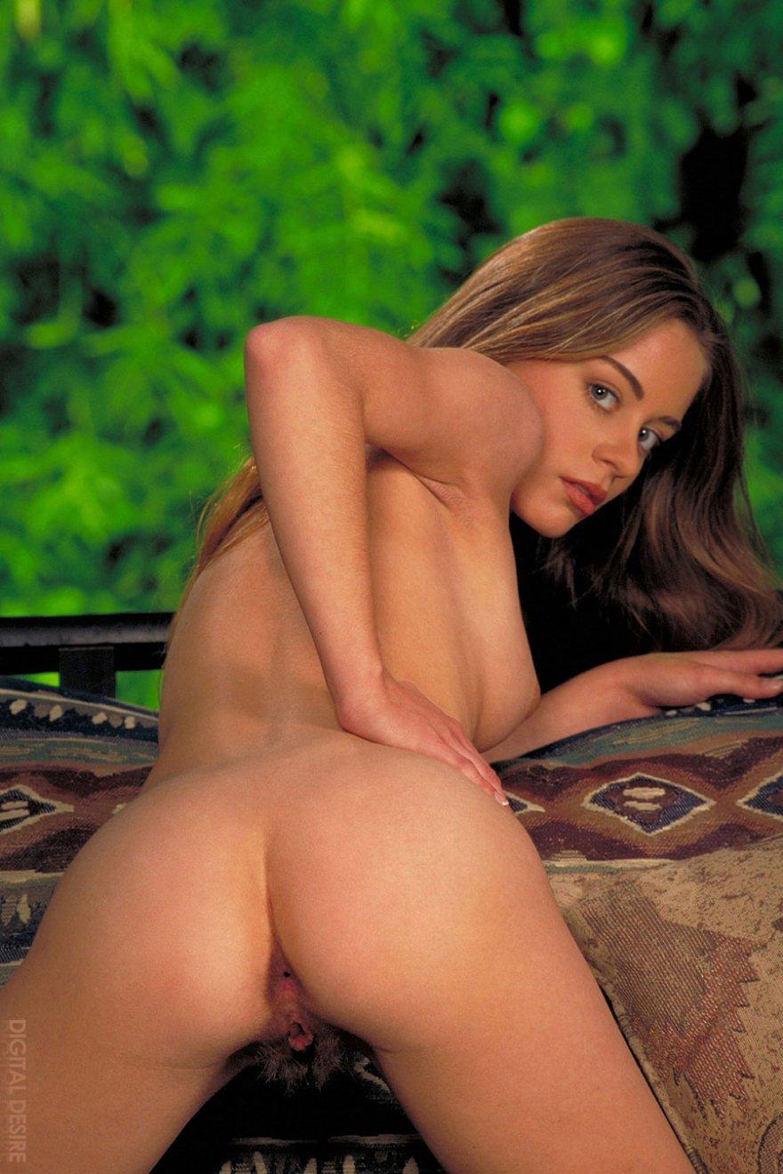 Молодая девка с мохнатой вульвой