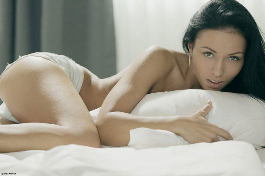 Темноволосая девка с прекрасными волосами обнажилась в кровати