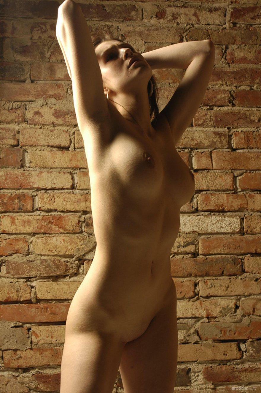 Голая девушка в пленке