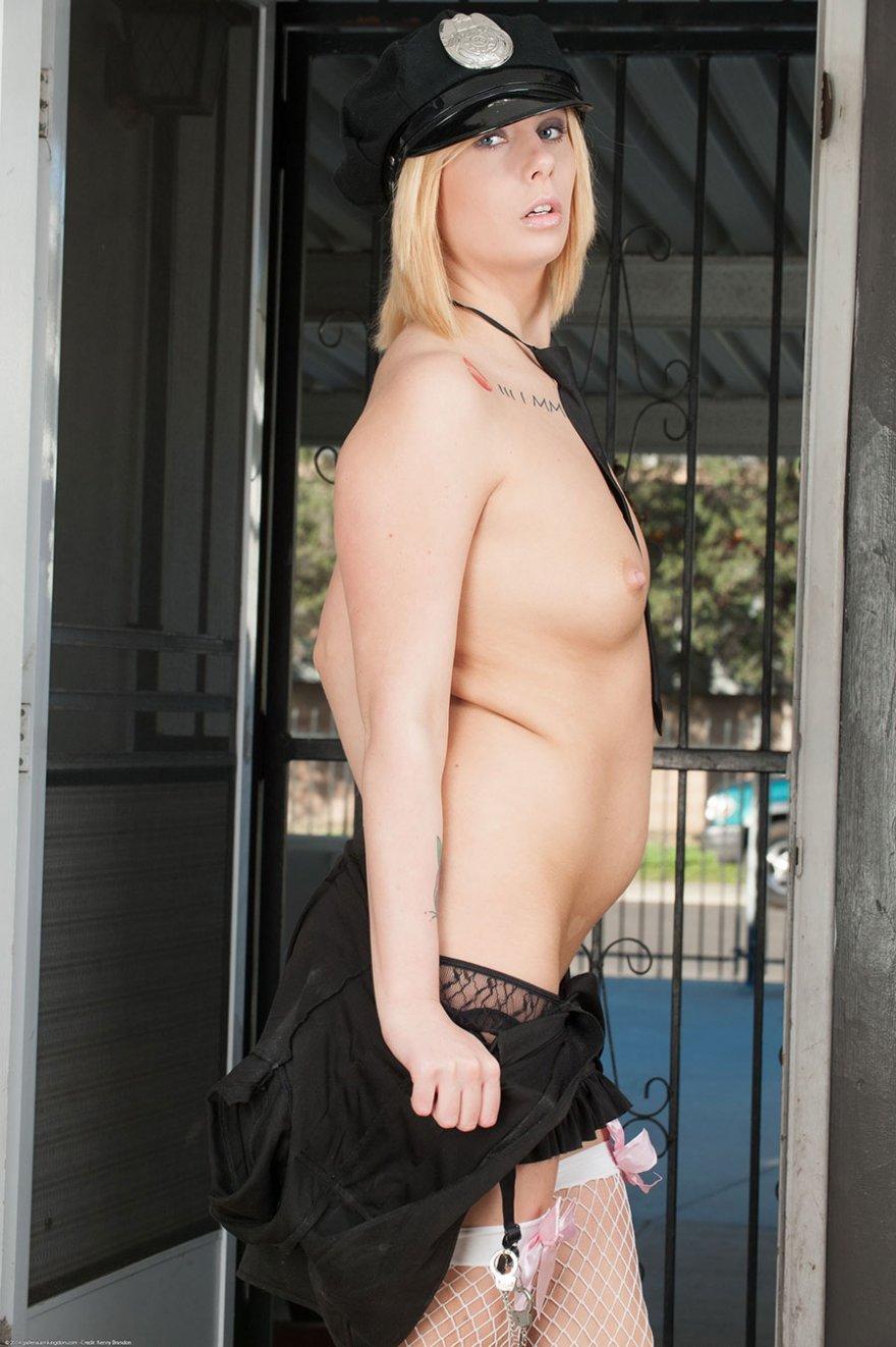 Сексуальная блондинка в форме