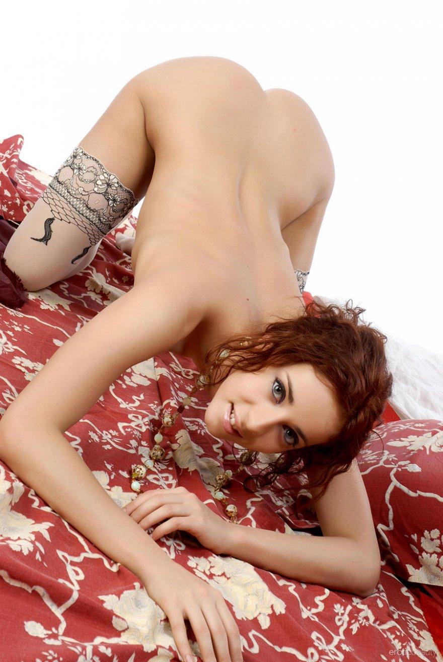 Молоденькая тёлка позирует в носках смотреть эротику