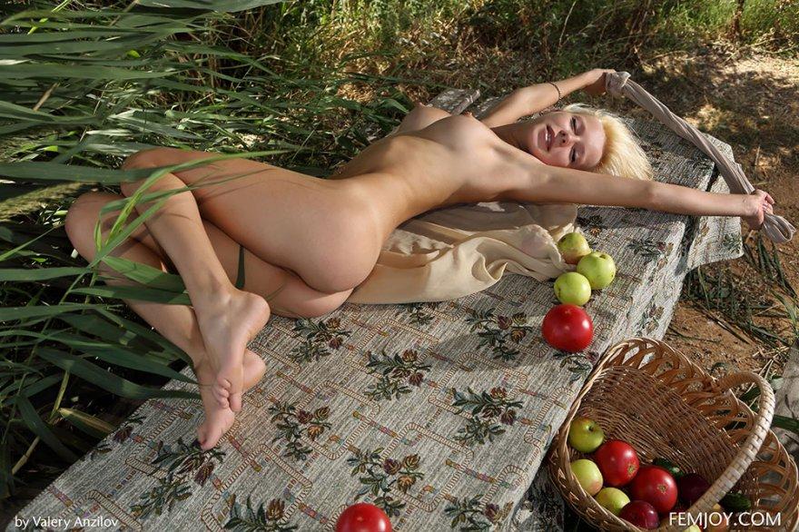 Раздетая блондинка с корзиной яблок