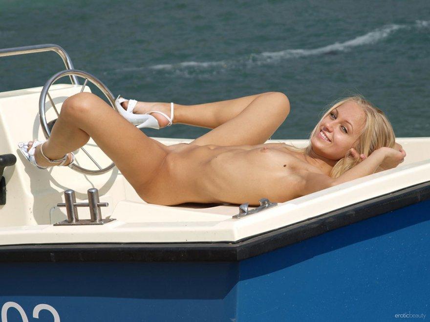 Модель со свелыми волосами в синем красуется на пристани