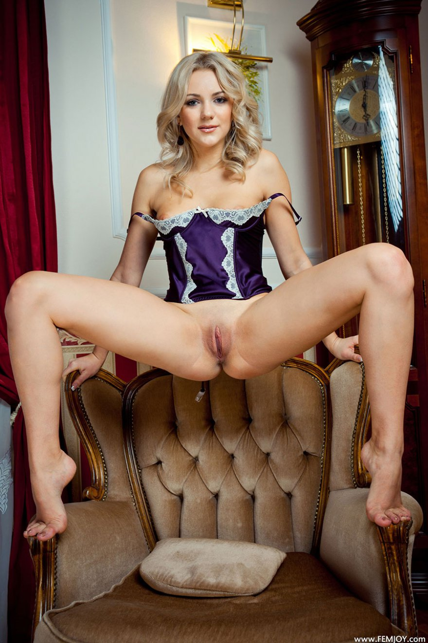Фото блондинки в шелковом белье с большой попой - эротика
