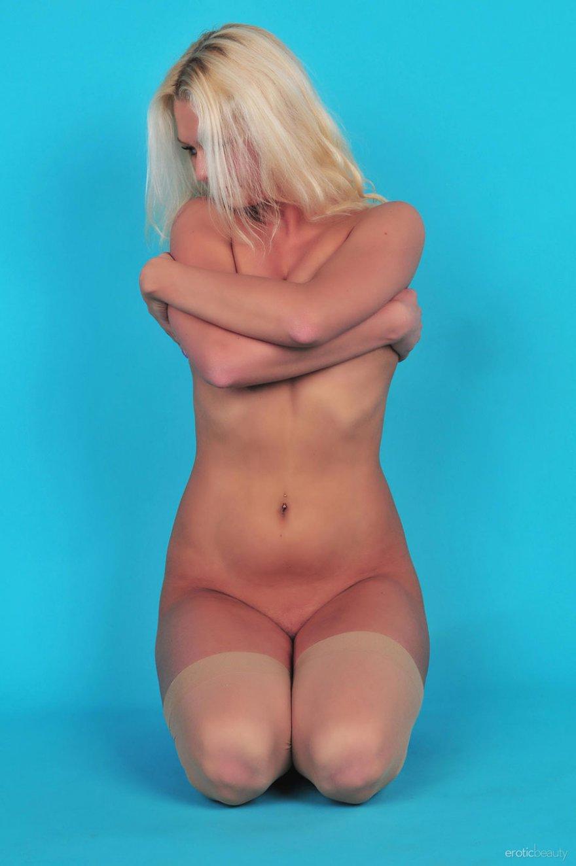 Блондинка в сексуальном белье и чулках - фото эротика