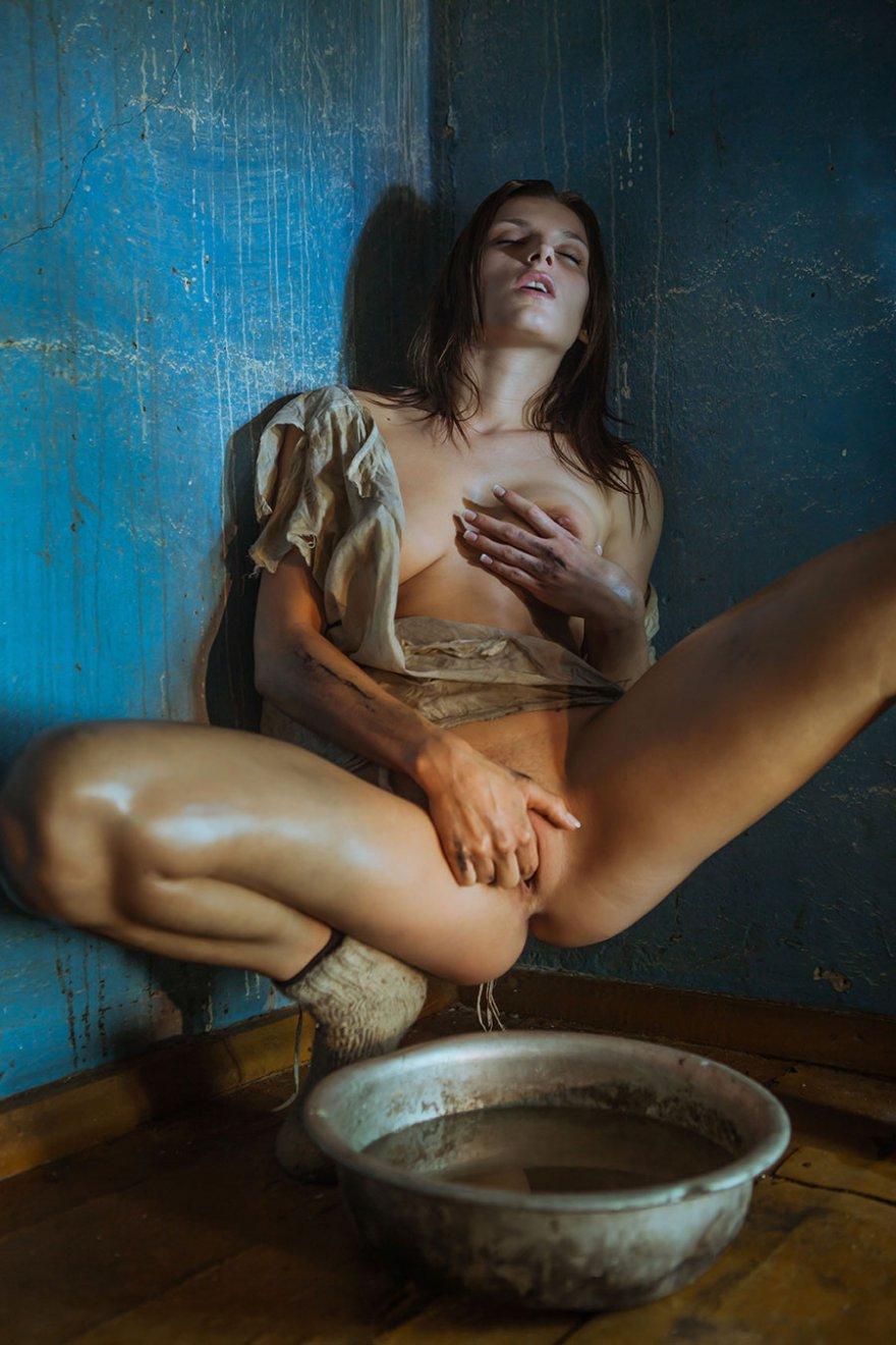 эротичная девушка в рваной одежде