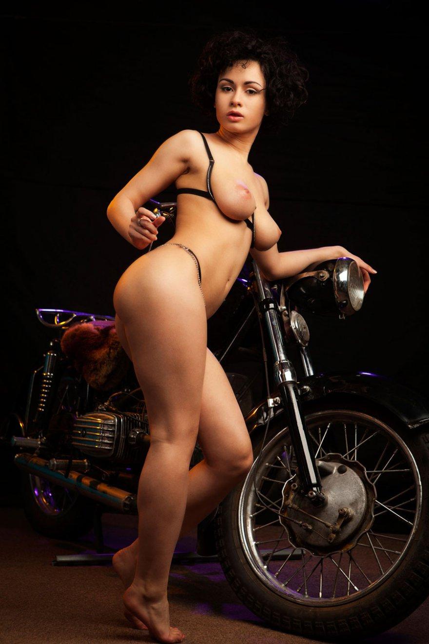 Голая брюнетка на мотоцикле - секс фото секс фото