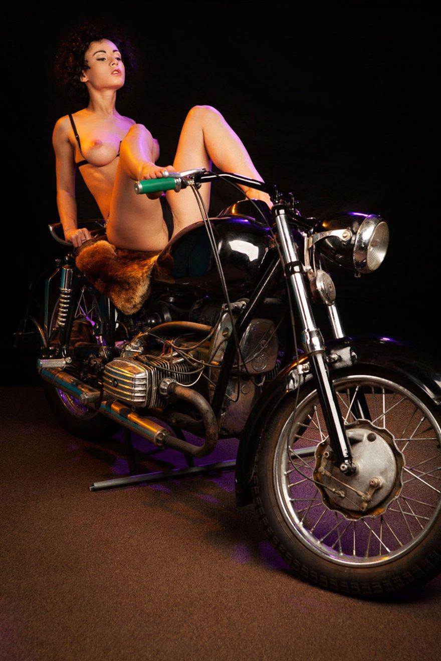 Эротика на мотоцикле 11 фотография