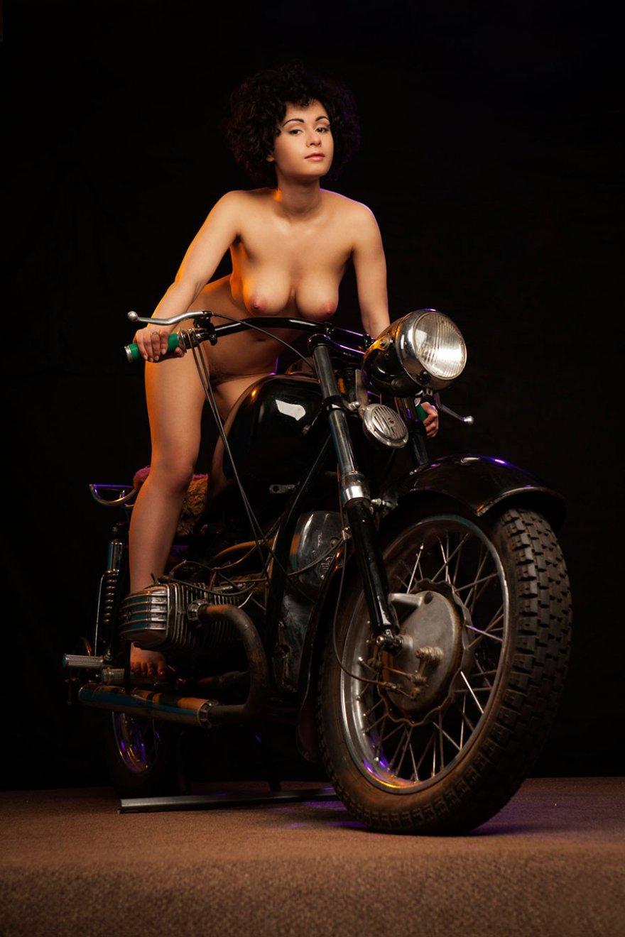 Голая брюнетка на мотоцикле - фото эротика