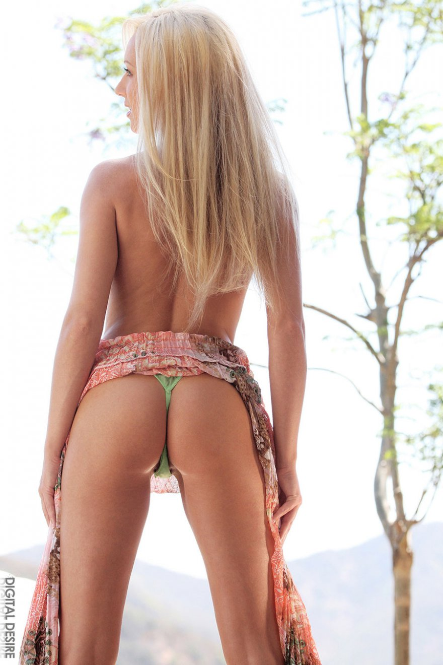 Смуглая светлая порно звезда снимает трусики - секс фото