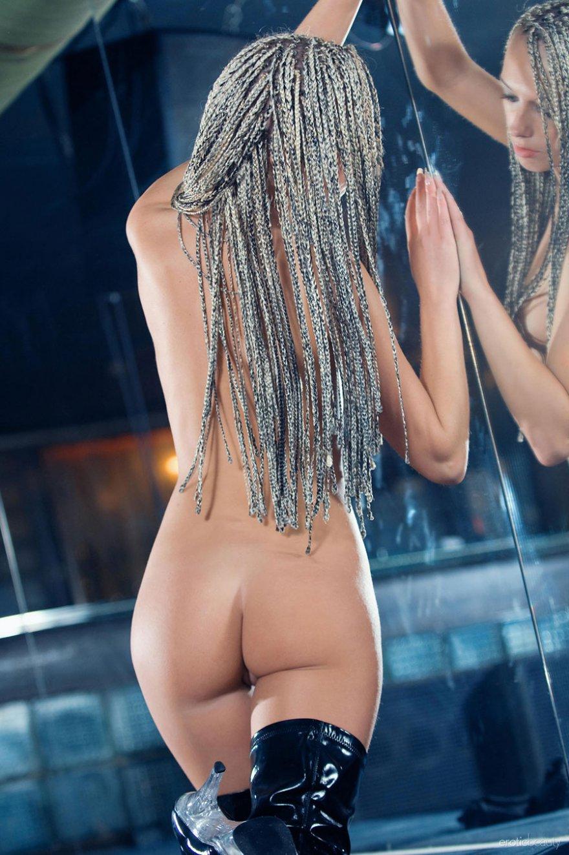 Раздетая баба в ботфортах возле зеркальной стены - порно галерея секс фото