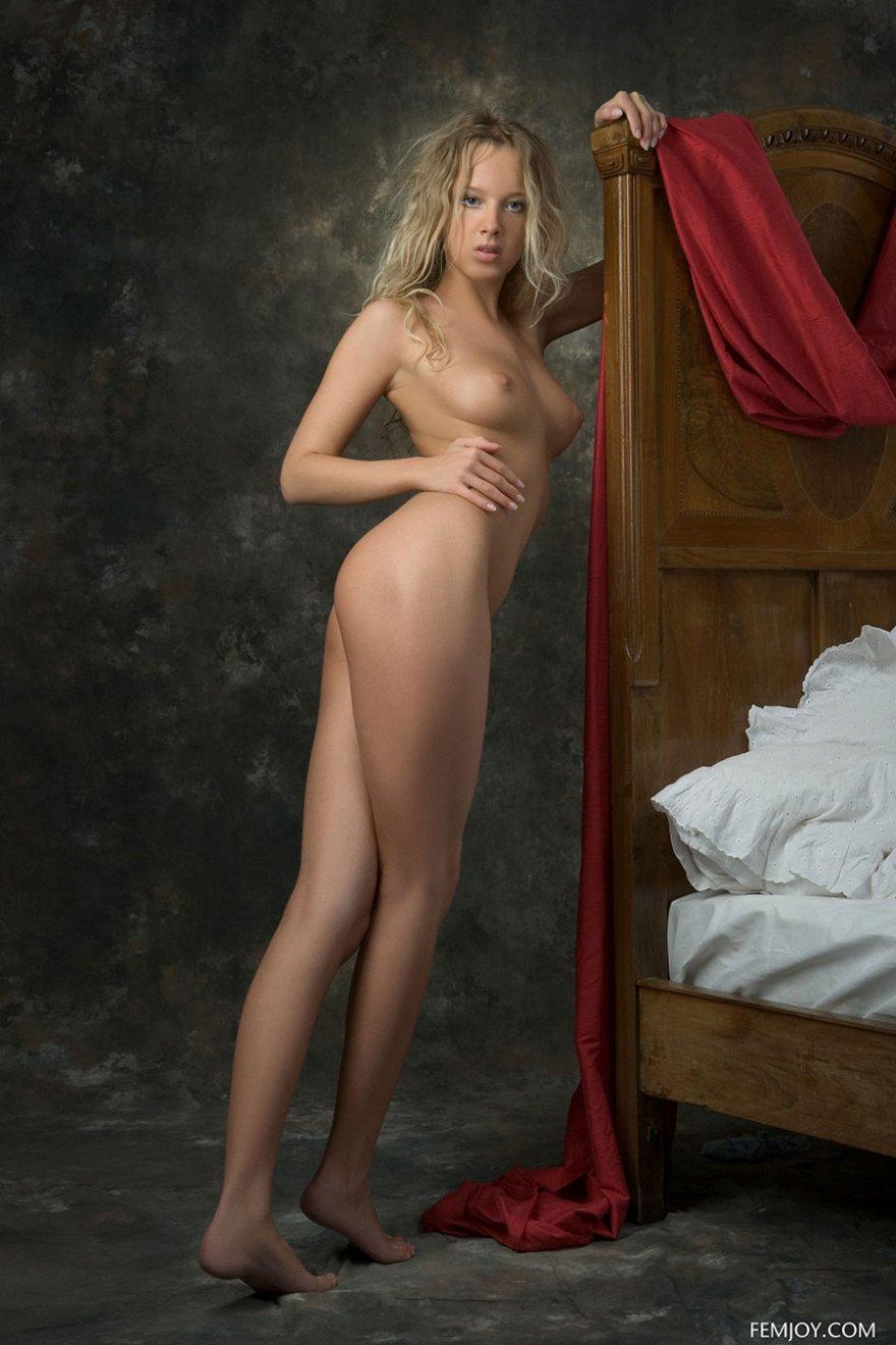 Возбуждающие картинки обнаженной блондинки на постели