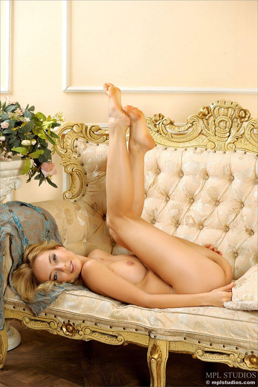 Порнуха блондинки с милой сракой на великолепном софе