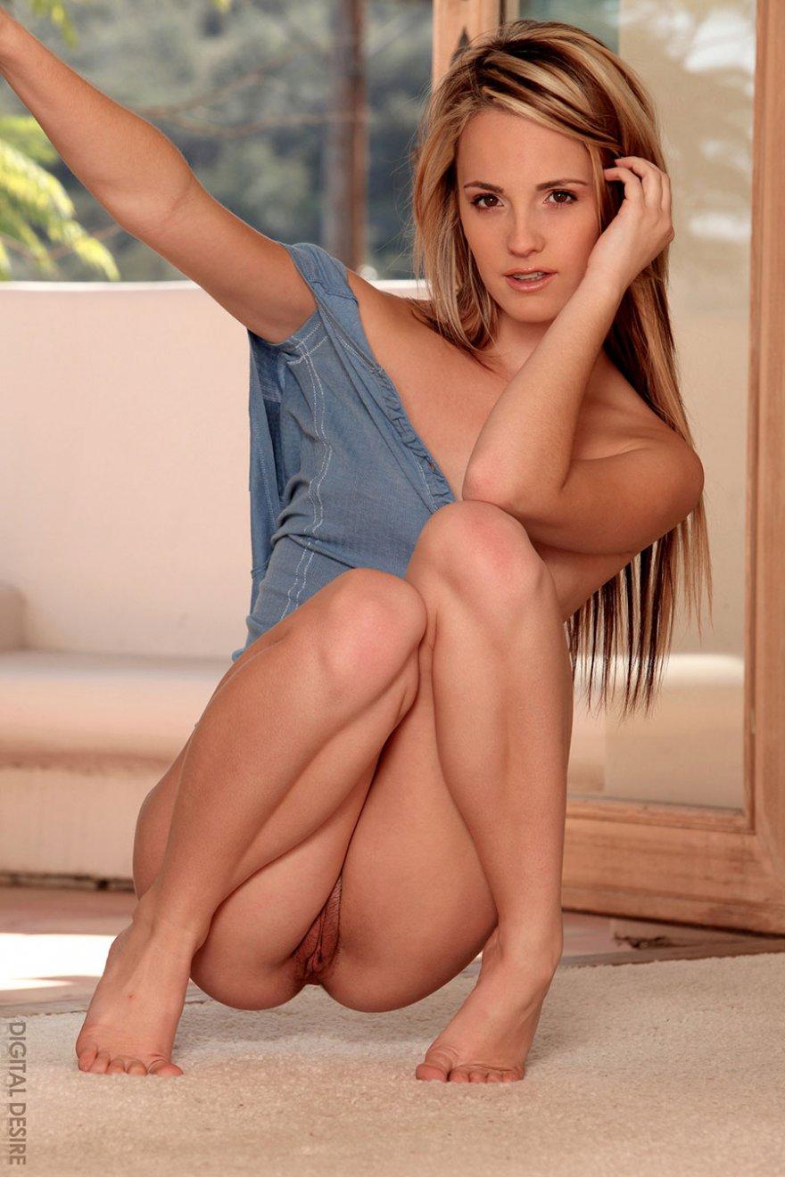 Девушка 18 лет раздевается и позирует на полу
