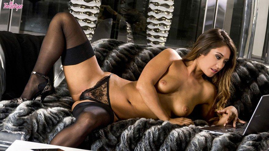 Эротика длинноногой манекенщицы в кружевном белье и носках секс фото