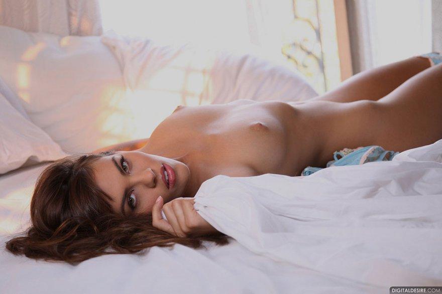 Сексуальная голая тетка на кровати - интим фото