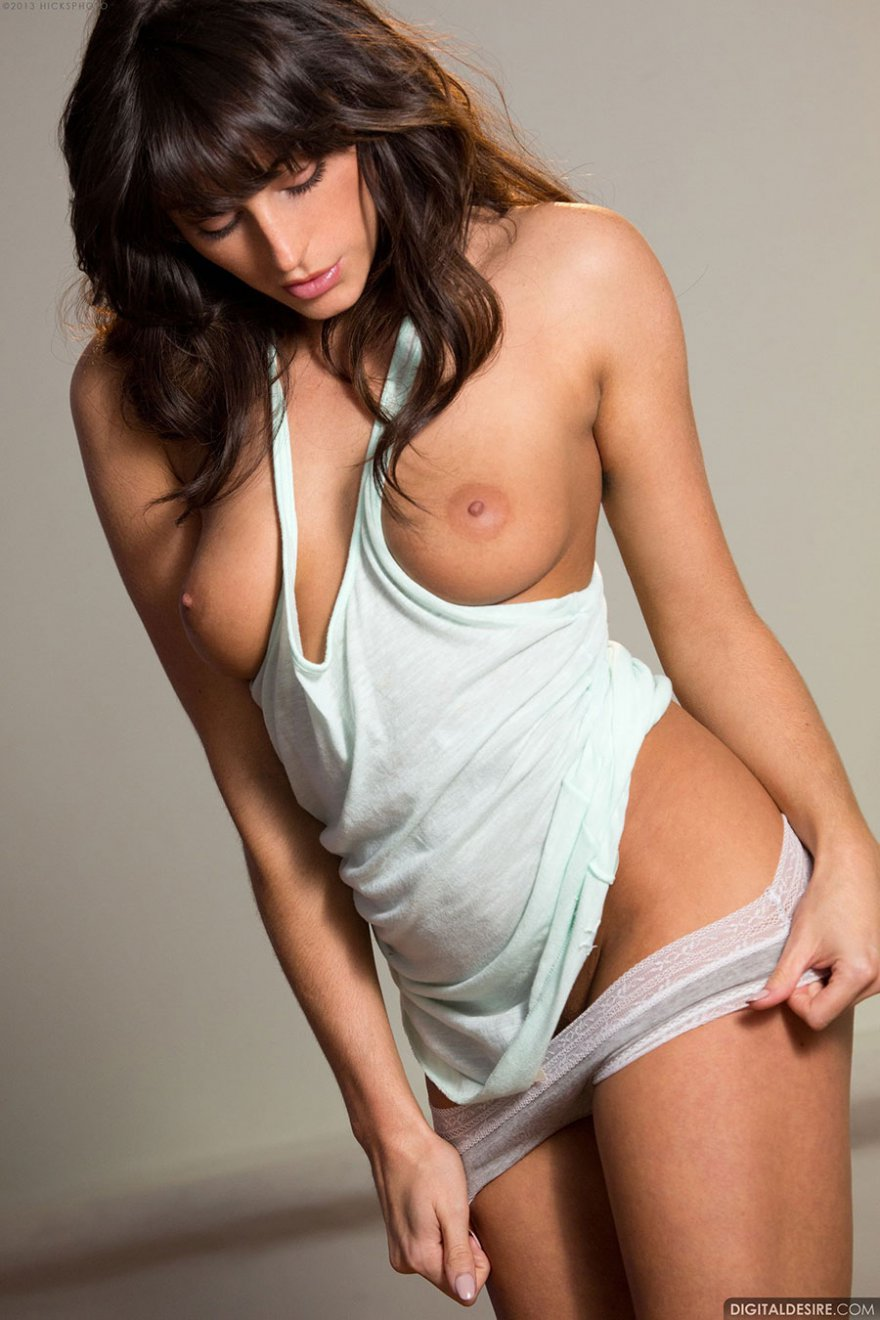 Секс фото брюнетки в белой майке