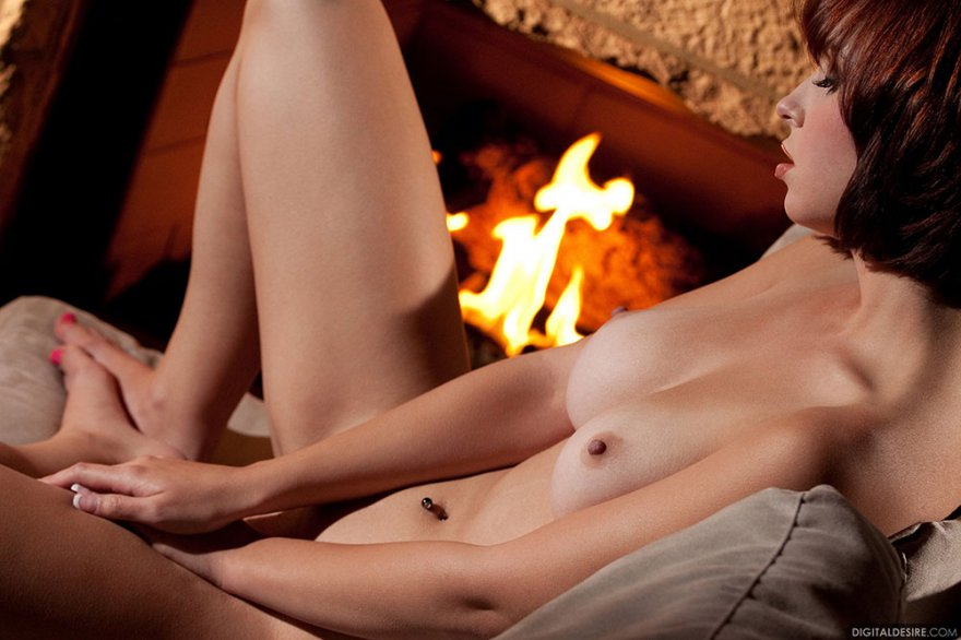 Рыжая девка с упругими дойками снимает лифчик секс фото
