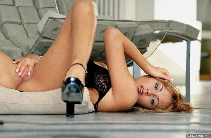 Фото эротика блондинки в соблазнительном наряде