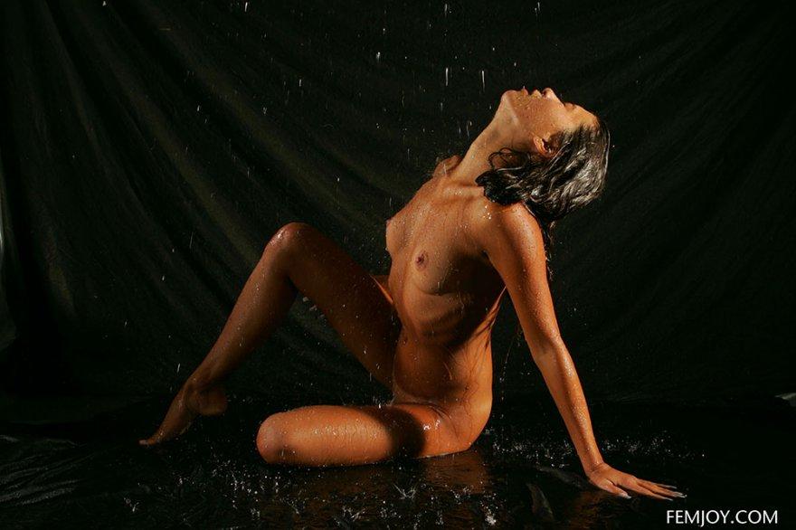 Эротические фото загорелой брюнетки в душе