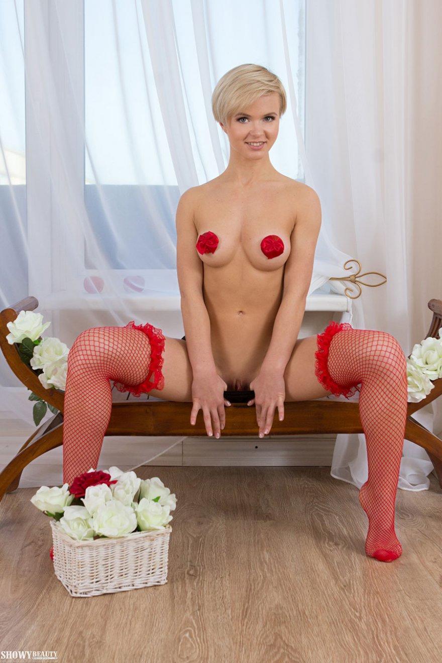 Классная блондиночка с наклейками на сосках в красных чулках