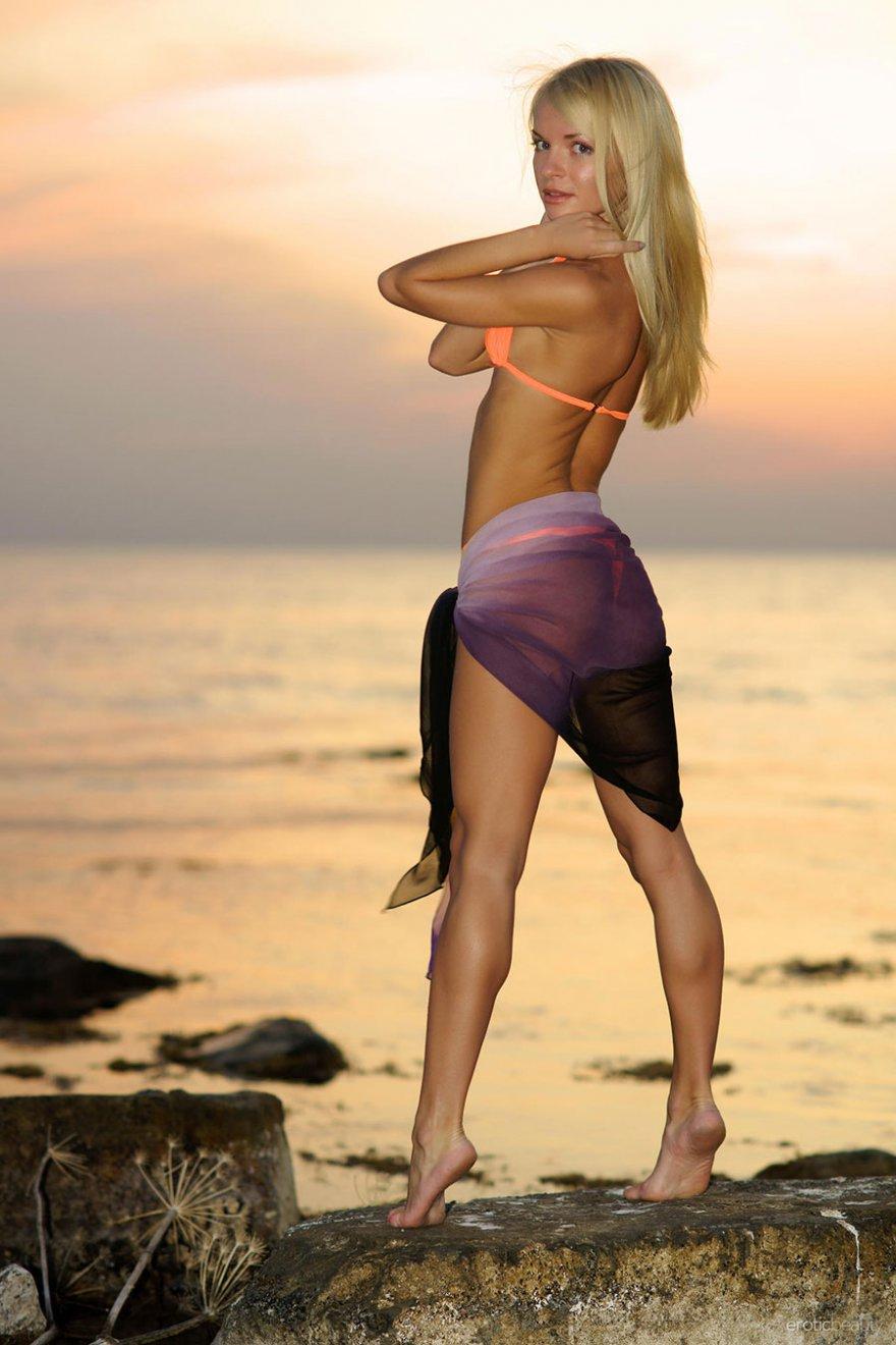 Привлекательная порнуха блондинки на берегу моря
