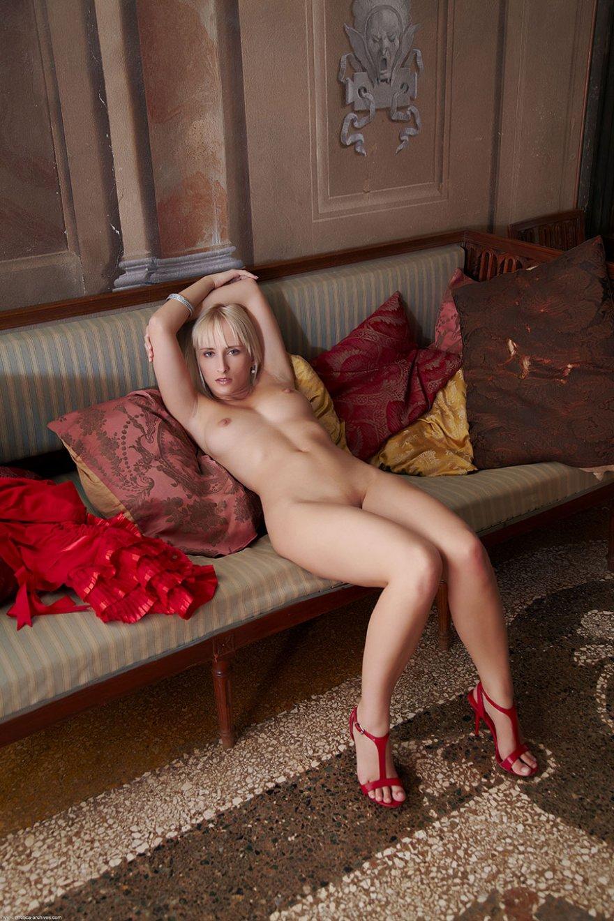 Возбуждающие картинки раздетой светловолосые девки в красных туфлях секс фото