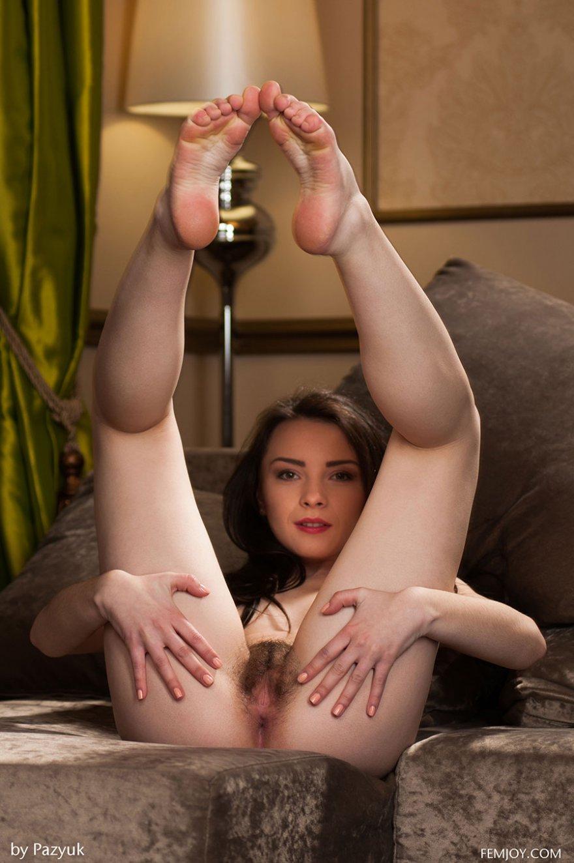 Игривая русая порноактрисса в красной юбке