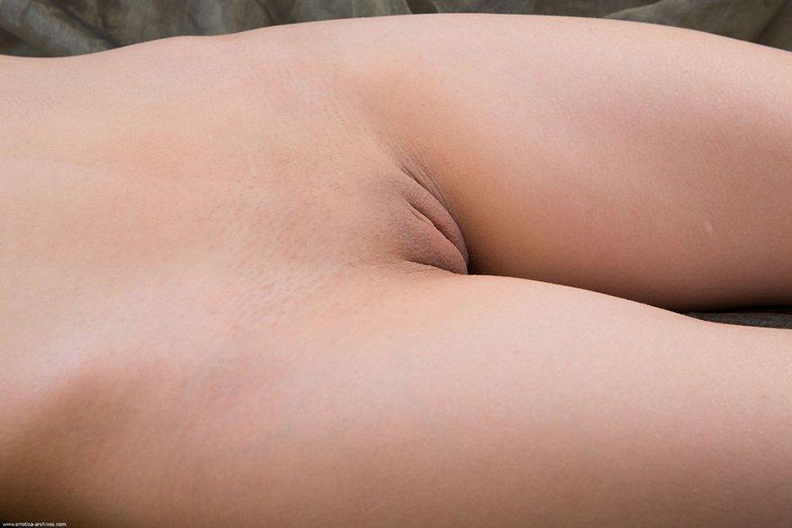 Шлюшка с приятной попкой и упругим бюстом фотографируется в волнах газовой ткани