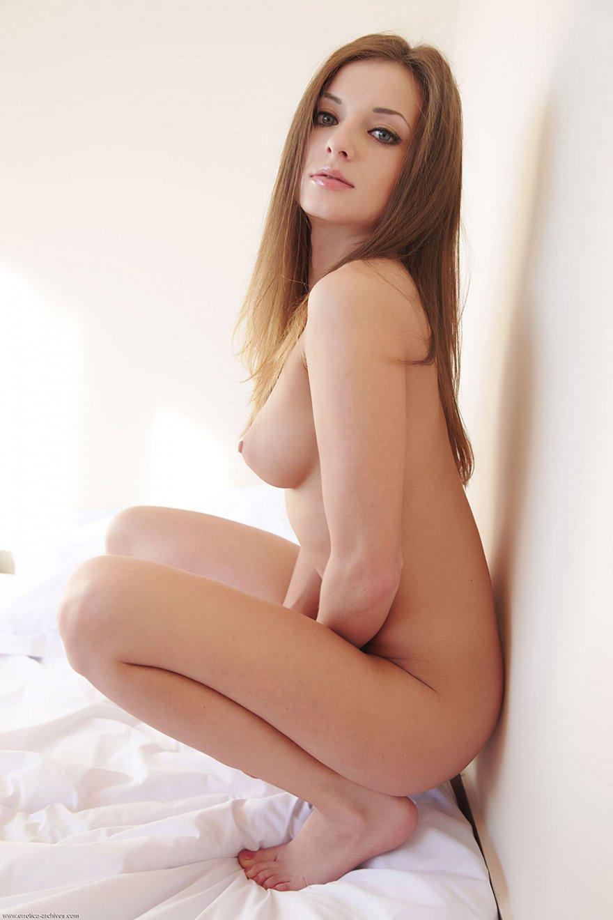 Чувственные фото 18-летней девахи на лежанке
