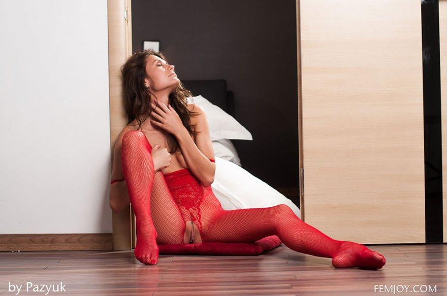 Эротика женщины в красных чулках на все тело