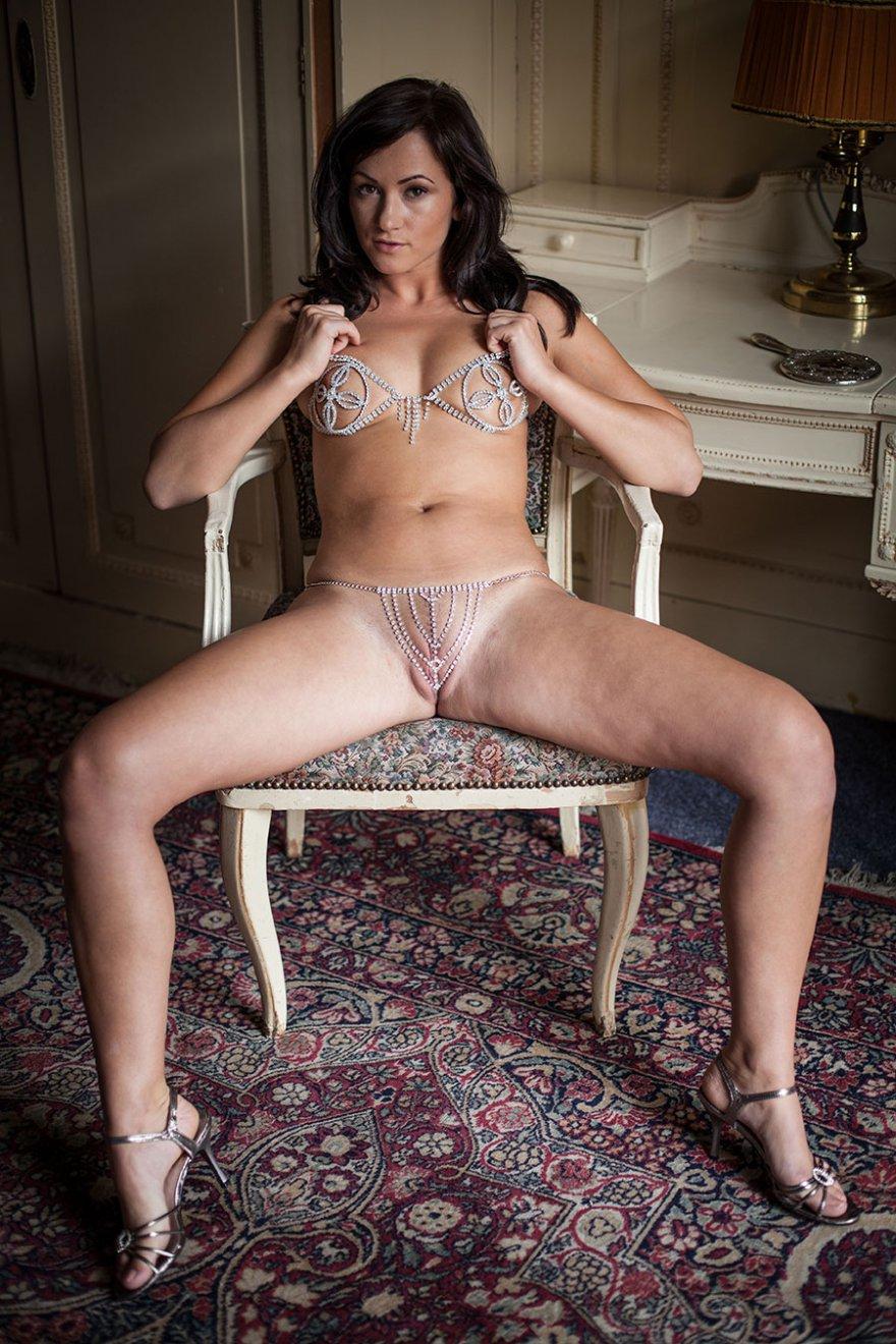 Эротические фото женщины в купальнике из цепочек и страз