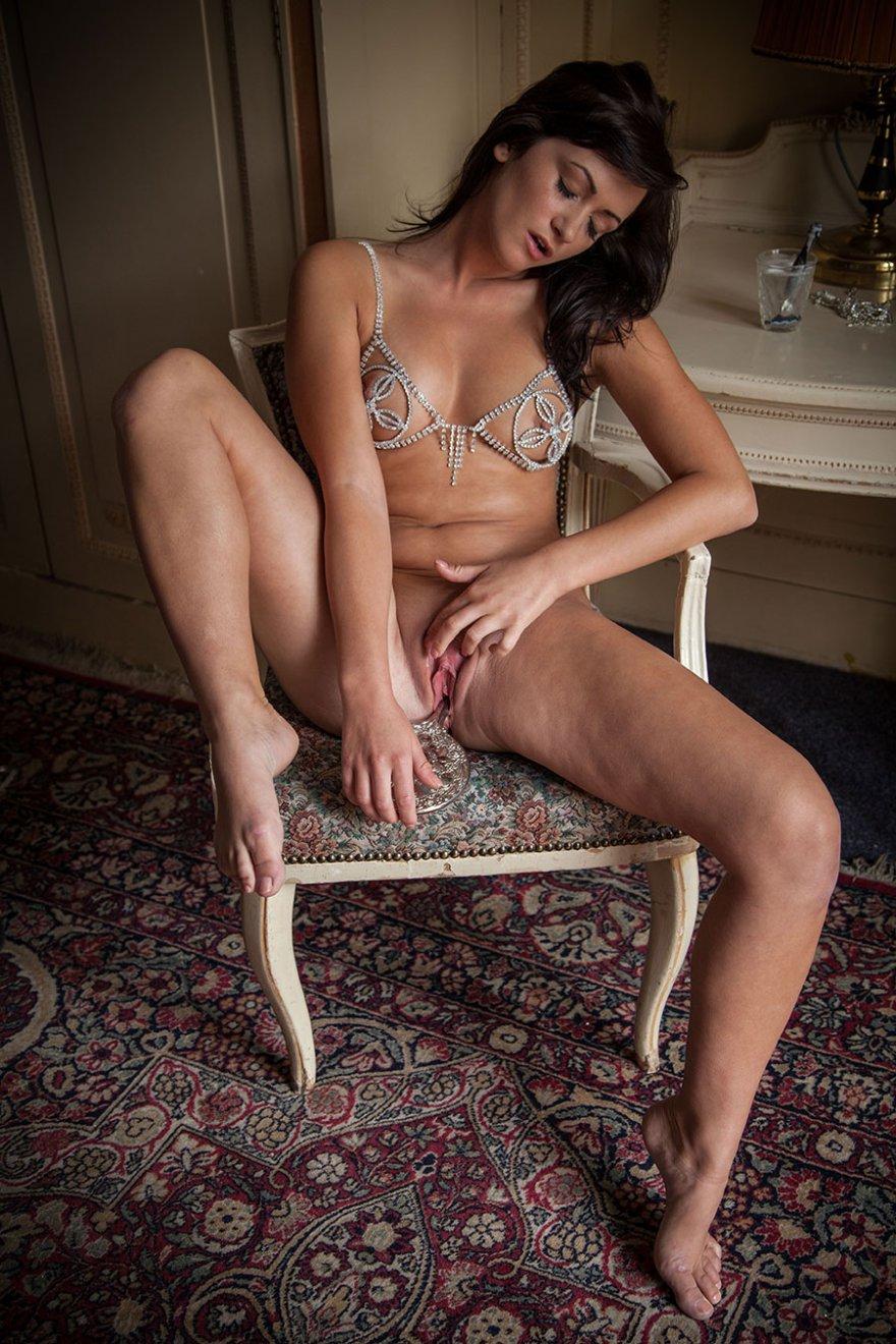 Эротические изображения женщины в купальнике из цепочек и страз